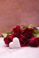 rote Rosen mit Herzen für Heirat, Valentinstag und Muttertag