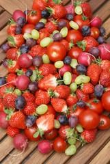 Früchtemix auf einem Holztisch