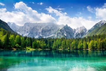 Printed kitchen splashbacks Lake Türkisfarbener See mit Wald und Bergen