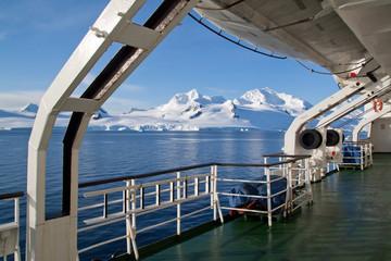 Canvas Prints Antarctic Blick vom Schiffsdeck auf die Berge von Livingstone Island