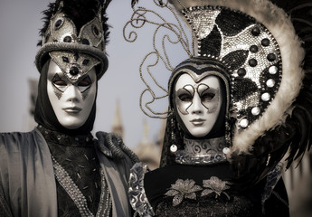 Fototapete - black and silver couple on the Venetian Carnival