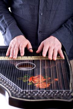 Gitarrenzither wird bespielt