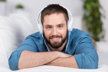 junger mann hört musik zu hause