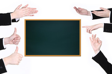 Viele Hände deuten auf Tafel
