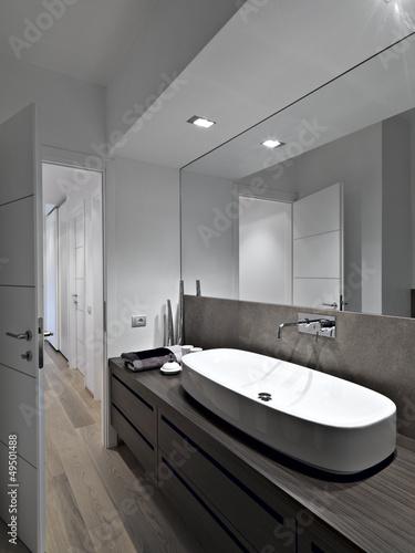 Bagno moderno con parquet e grande specchio immagini e fotografie royalty free su - Specchio bagno moderno ...