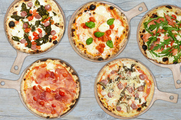 pizze assortite su tagliere di legno