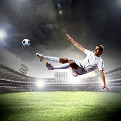 Photo sur Plexiglas Le football football player striking the ball