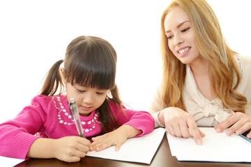 英語を学ぶ女の子