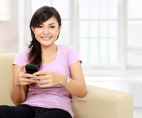 teenager hold the handphone