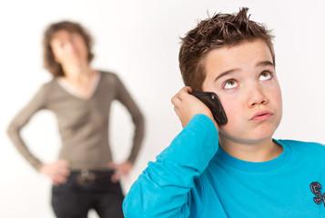 Junge in der Pubertät im Konflikt mit der Mutter