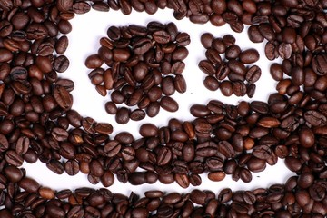 Kaffeetasse in Kaffeebohnen gemalt, weiss