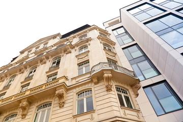 Foto auf Acrylglas Altes Gebaude Altbau und modernes Haus in Frankfurt