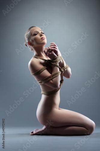 Связанные голые девки позируют  469687