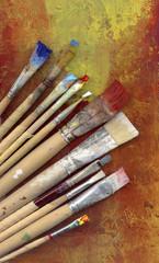 pinsel auf gemaltem hintergrund