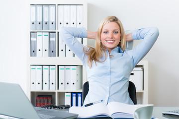 geschäftsfrau sitzt entspannt im bürostuhl