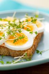 Gekochte Eierscheiben auf Toast mit Kresse