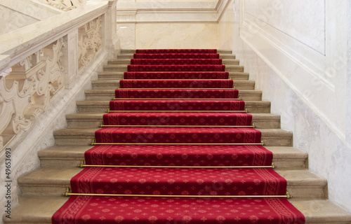 prachtvolle rote treppe mit rotem teppich stockfotos und lizenzfreie bilder auf. Black Bedroom Furniture Sets. Home Design Ideas