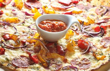 flammkuchen mit chorizzo, paprikawürfeln, zwiebelringen, majoran