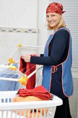 Junge Frau macht Wäsche