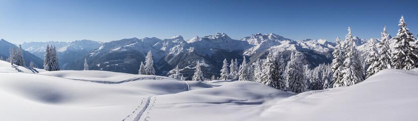 Fototapete - Winterpanorama in den tief verschneiten Bergen