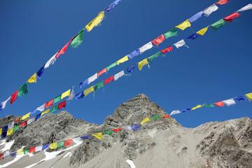 Gebetsfahnen im Gebirge