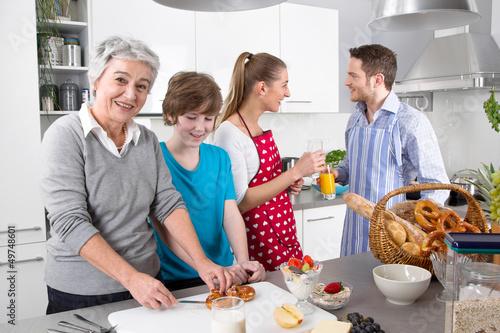Ебля на кухне с русской брюнеткой и парнем