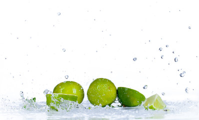Poster Eclaboussures d eau Fresh limes with water splash, isolated on white background