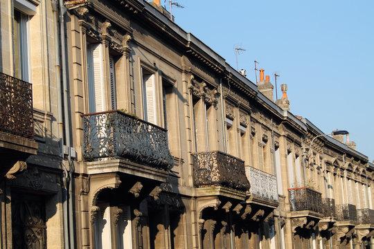 façade d'immeubles avec balcon