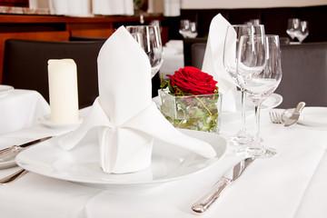 festlich gedeckter tisch in einem restaurant