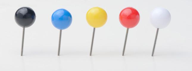 Varios pin o marcadores en forma de bola