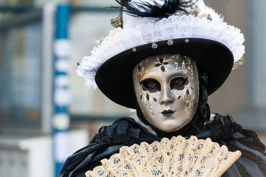 Masque doré carnaval vénitien