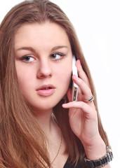 молодая девушка говорит по телефону