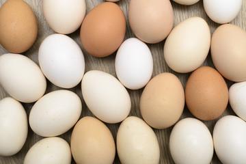 Grupo de huevos de distintos colores y formas
