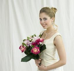 Jeune mariée tenant des fleurs