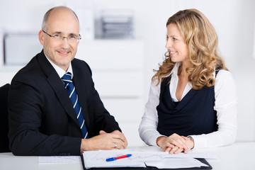 zwei kollegen in einer besprechung am arbeitsplatz