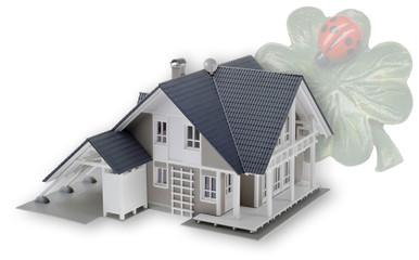 Hausmodell mit Glückskleeblatt