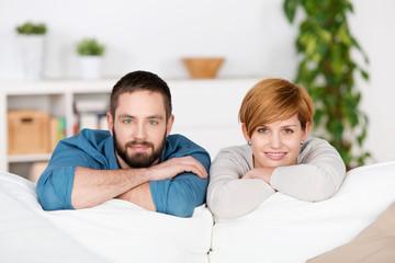 junges paar lehnt sich auf sofa