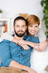 junges verliebtes paar zu hause