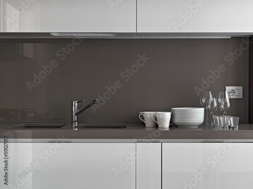 Stoviglie sul piano di marmo nella cucina moderna for Cucina moderna abbonamento