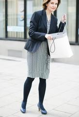 attraktive Frau beim Shoppen