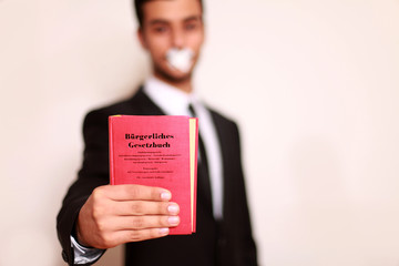 Mann mit Gesetzbuch