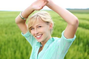 lächelnde junge frau entspannt in der natur