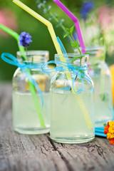 leckere limonade in kleinen flaschen