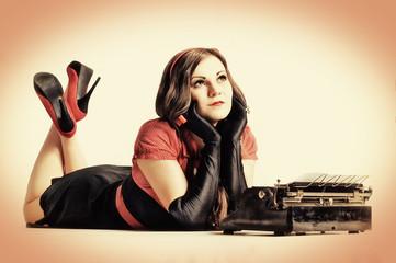 Pin-up Girl mit alter Schreibmaschine