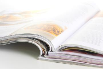 Aufgeschlagene Zeitschriften