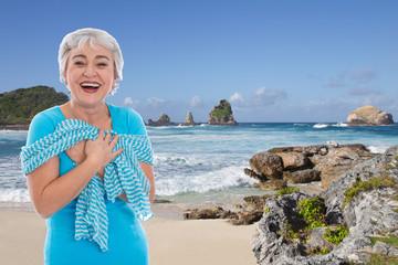 Ältere Dame macht Urlaub am Meer