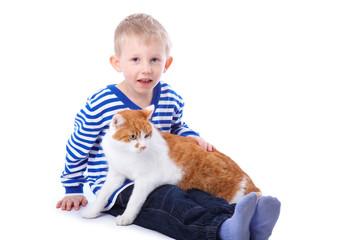 Kleinkind trägt eine Katze