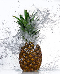 Poster Eclaboussures d eau Pineapple with water splash isolated on white