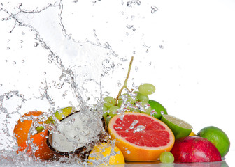 Fotorolgordijn Opspattend water Fresh fruits with water splash isolated on white