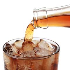 Cola wird in ein Glas gegossen, Freisteller
